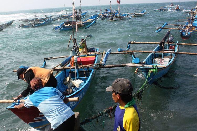 Aktivitas nelayan di dermaga Pantai Jayanti, Cianjur, Jawa Barat. Sektor kelautan menjadi salahsatu potensi yang bisa dikembangkan sejurus dengan rencana pemekaran Cianjur Selatan