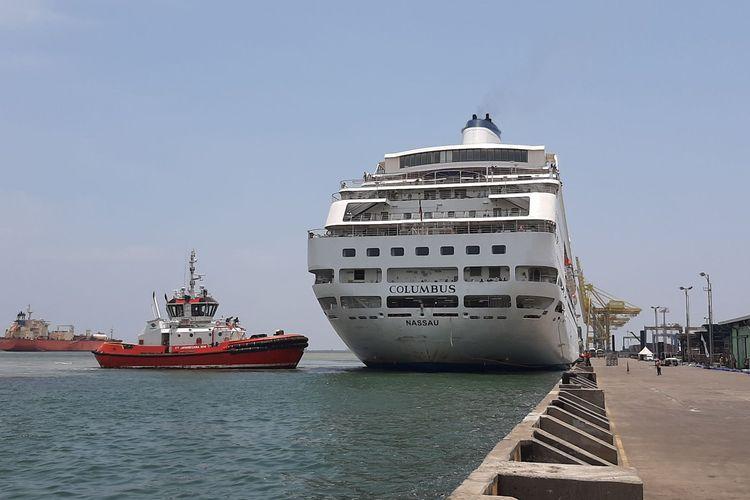 Kapal pesiar MV Columbus saat bersandar di dermaga pelabuhan Tanjung Emas Semarang, Jumat (13/3/2020).