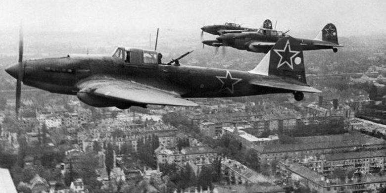 Pasukan Uni Soviet mengepung dan menyerang Berlin dari darat dan udara.