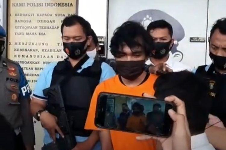RI, pelaku pemerkosa AF di kawasan Bintaro, Tangerang Selatan saat berada di Polres Tangerang Selatan, Senin (10/8/2020)
