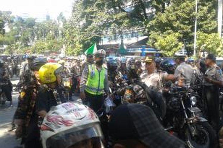 Ratusan massa berpakaian loreng dan menggunakan sepeda motor, memaksa masuk ke depan Gedung Mahkamah Konstitusi, di Jalan Medan Merdeka Barat, Jakarta Pusat, Rabu (6/8/2014).