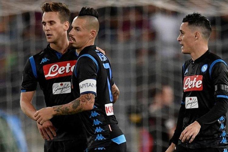 Striker Napoli Arkadiusz Milik (kiri) merayakan gol ke gawang Lazio bersama Marek Hamsik dkk dalam laga Liga Italia di Stadion Olimpico Roma, 18 Agustus 2018.