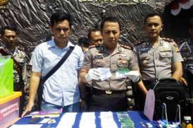 Kapolres Cimahi AKBP Ade Ary Syam Indradi saat memperlihatkan barang bukti berupa kartu BPJS palsu di Mapolres Cimahi, Kamis (28/7/2016)