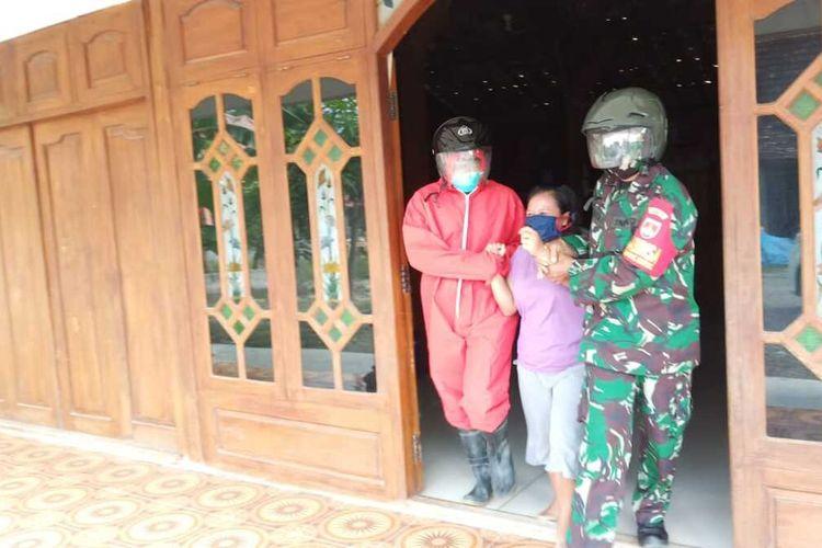 Kapolsek Karangrayung, AKP Lamsir (APD merah) dan seorang anggota TNI jemput paksa satu keluarga reaktif rapid test di Desa Sumberjosari, Kecamatan Karangrayung, Kabupaten Grobogan, Jawa Tengah,Kamis (30/4/2020) siang.