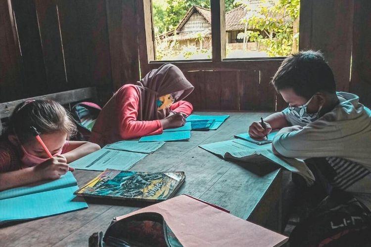 Siswa SDN Sigit 3 Desa Sigit, Tangen, Sragen, Jawa Tengah sedang belajar kelompok di rumah.