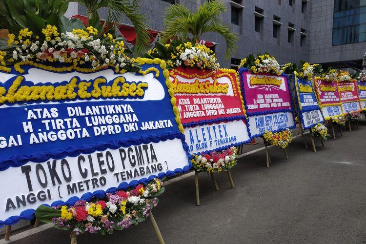 Deretan karangan bunga untuk Guruh Tirta Lunggana atas terpilihnya ia sebagai anggota DPRD DKI periode 2019-2024 di halaman gedung DPRD DKI Jakarta, Kebon Sirih, Jakarta Pusat. (26/8/2019)