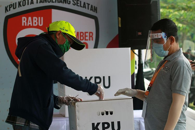 Pemilih memasukan surat suara kedalam kotak suara saat dilaksanakan Simulasi Pemungutan Suara dengan Protokol Kesehatan Pencegahan dan Pengendalian COVID-19 pada Pilkada Serentak 2020 di TPS 18,  Cilenggang, Serpong, Tangerang Selatan, Banten, Sabtu (12/9/2020). Simulasi ini dilaksanakan dengan tujuan untuk memberikan pembelajaran kepada pemilih dalam melaksanakan pemungutan suara Pilkada Serentak 2020 ditengah pandemi COVID-19.