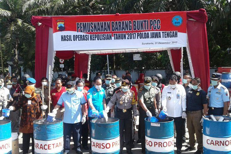 Kapolda Jawa Tengah, Irjen Pol Condro Kirono didampingi Deputi Pemberantasan BNN, Irjen Pol Arman Depari dalam pemusnahan barang bukti 3,5 juta butir pil PCC di Stadion Manahan, Solo, Jawa Tengah, Minggu (31/12/2017).