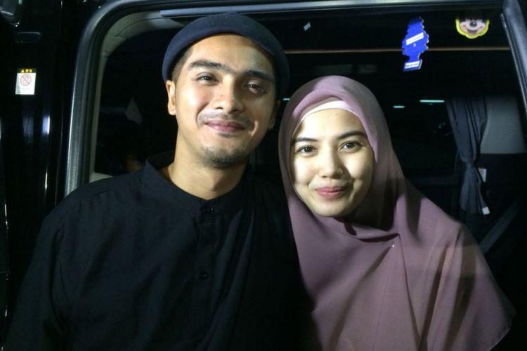 Ricky Harun dan istrinya, Herfiza Novianti, menghadiri sebuah acara di Masjid At Taqwa, Apartemen Thamrin, Jakarta Pusat, Minggu (20/5/2018) malam.