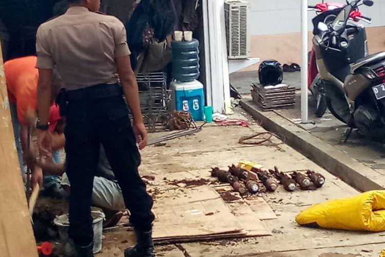 Tampak sejumlah peluru mortir berhasil dikeluarkan setelah sebelumnya tertanam didalam tanah di salah satu rumah warga di Jalan Ir H Djuanada atau Dago, Kota Bandung.