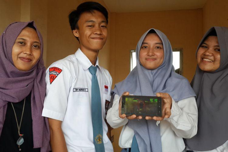 Tiga siswa serta guru pendamping di SMKN 4 Kota Malang saat menunjukkan video animasi 2D yang menjadi juara 1 dalam SEA-Creative Camp 2018, Senin (23/4/2018)