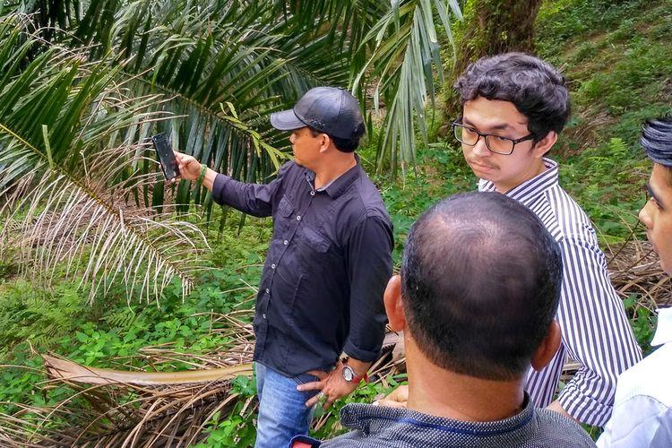 Anak hakim PN Medan Jamaludin (55), Rajif (berkacamata) datang dan melihat lokasi penemuan mayat ayahnya di dalam mobil di jurang kebun sawit di Dusun II Namo Bintang, Desa Suka Dame, Kecamatan Kutalimbaru, Deli Serdang, pada Kamis (16/1/2020). Menurutnya, JP sering ke rumahnya bermain dam batu.