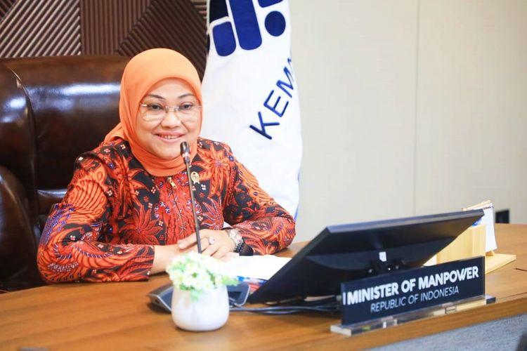 Menteri Ketenagakerjaan (Menaker) Ida Fauziyah saat melakukan video conference dengan Menteri Sumber Daya Manusia Malaysia pada Kamis (6/5/2021).