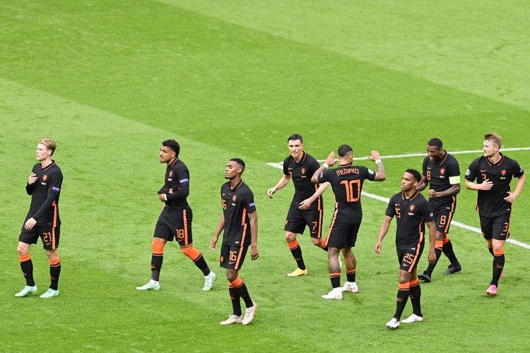 Para pemain timnas Belanda usai merayakan gol ketiga yang dicetak Georginio Wijnaldum dalam laga pamungkas Grup C Euro 2020 Makedonia Utara vs Beladan di Johan Cyuff Arena, Amsterdam, Belanda, Senin (21/6/2021) malam WIB.