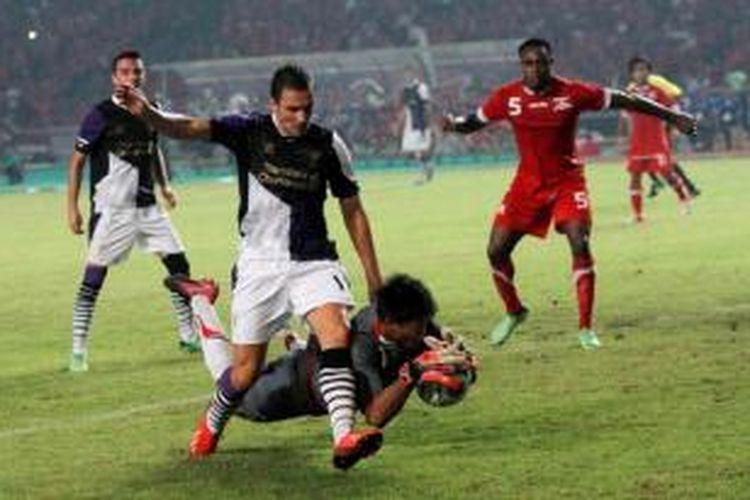Kiper tim Indonesia XI, Kurnia Meiga, menyelamatkan gawangnya saat pertandingan persahabatan di Stadion Utama Gelora Bung Karno, Jakarta Pusat, Sabtu (20/7/2013) malam. Usai babak pertama, Liverpool sementara unggul 1-0 dari gol Philippe Coutinho.