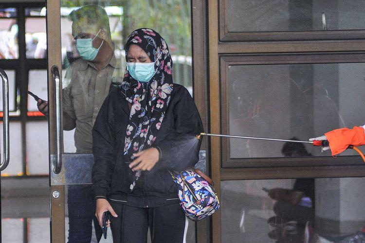 Petugas menyemprotkan cairan disinfektan kepada petugas medis usai rapid test (pemeriksaan cepat) di Stadion Patriot Candrabhaga, Bekasi, Jawa Barat, Rabu (25/3/2020). Pemeriksaan yang dilakukan khusus tenaga medis di Bekasi guna memutus mata rantai penyebaran virus COVID-19.
