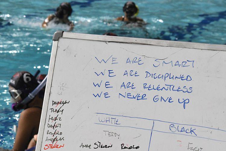 Foto dirilis Senin (2/12/2019), memperlihatkan papan tulis yang bertuliskan semangat bagi timnas Underwater Hockey Indonesia saat berlatih di Stadion Akuatik Gelora Bung Karno (GBK) Senayan, Jakarta. Untuk SEA Games 2019, hoki bawah air Indonesia yang berada di bawah induk Persatuan Olahraga Selam Seluruh Indonesia (PB POSSI) mengirimkan atlet terbaiknya, terdiri dari 12 putra dan 12 putri, yang telah dipersiapkan pada pemusatan latihan nasional (Pelatnas) sejak pertengahan Mei 2019.