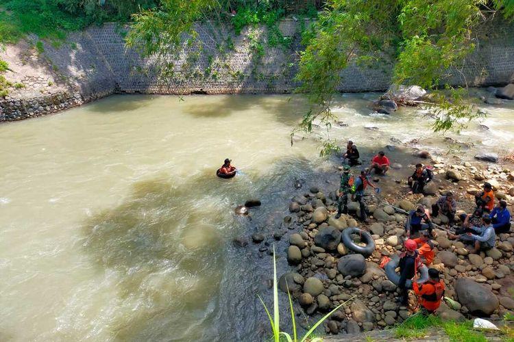 Petugas gabungan melakukan pencarian Ali (15), pelajar SMP Islam Al A'LA Loceret yang hilang DAM Dusun Kedunggerit, Desa/Kecamatan Berbek, Kabupaten Nganjuk, Jumat (9/4/2021). Doc: TRC BPBD Nganjuk