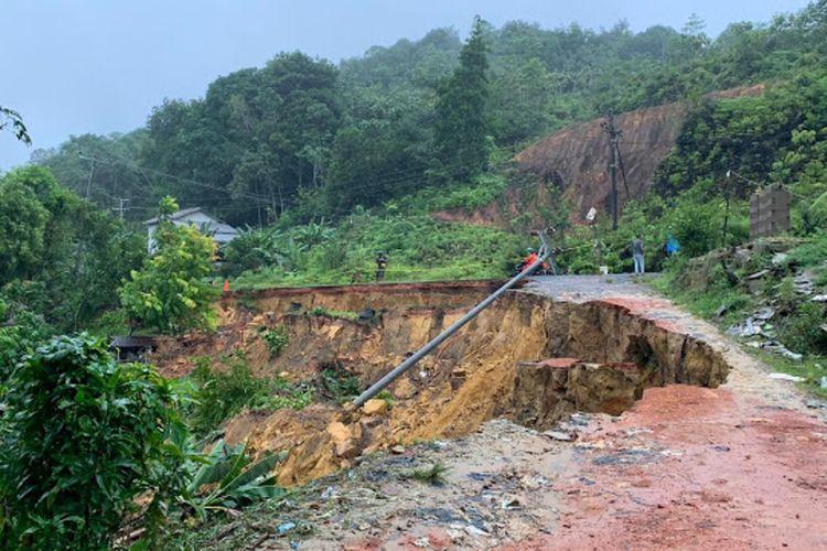 Bencana tanah longsor terjadi di Jalan Trans Kalimantan, Dusun Dalam Tayan, Desa Pedalaman, Kecamatan Tayan Hilir, Kabupaten Sanggau, Kalimantan Barat (Kalbar), Minggu (10/1/2021) malam sekitar pukul 22.00 WIB. Peristiwa longsor ini mengakibatkan satu rumah tertimbun tanah dan nyaris memutus jalan poros yang menghubungkan Kota Pontianak dengan Kabupaten Sanggau.
