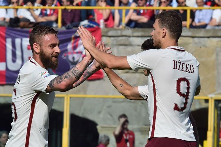 Penyerang AS Roma, Edin Dzeko (kanan), merayakan gol bersama rekannya Daniele De Rossi saat melawan Bologna pada 9 April 2017.