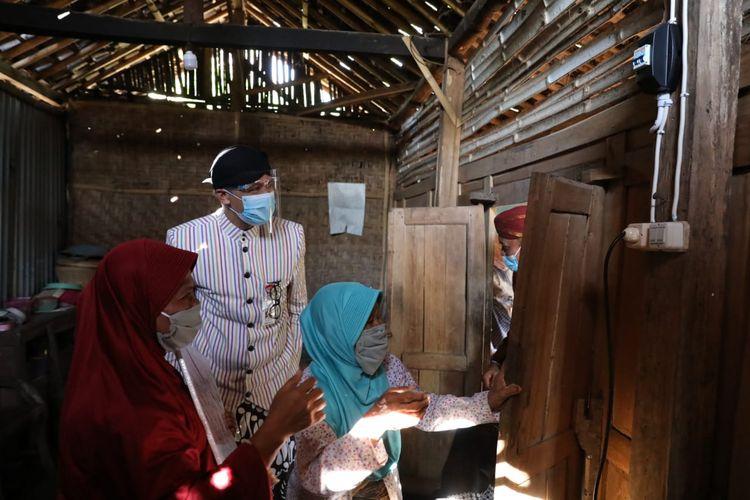 Gubernur Jawa Tengah Ganjar Pranowo meninjau lokasi pemasangan listrik gratis ke rumah-rumah warga yang tinggal di Desa Kepuhsari, Kecamatan Manyaran, Wonogiri, Kamis (6/8/2020).