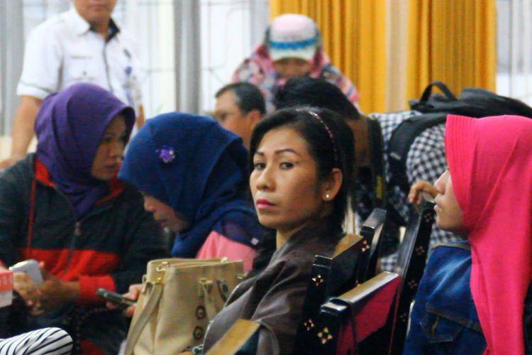 Puluhan TKW korban penipuan dan perdagangan orang ini tengah didata oleh BP3TKI Mataram di Aula Disnaker NTB.
