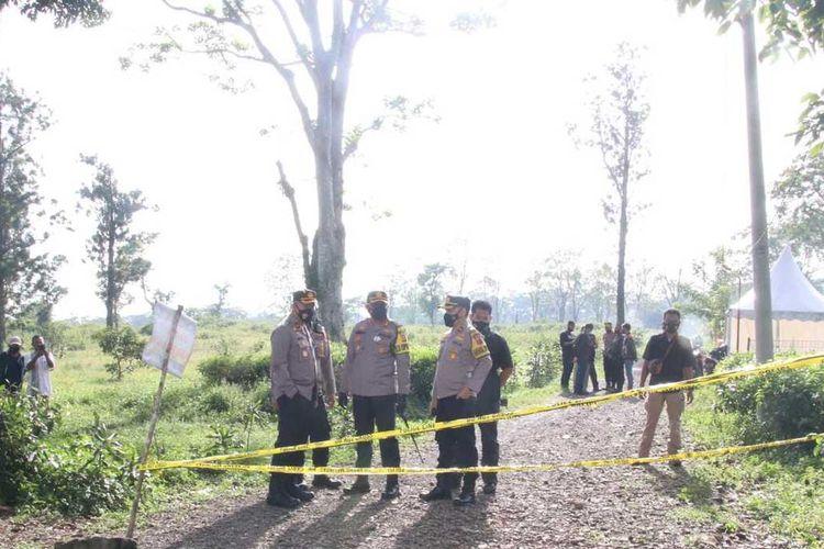 Kapolres Subang AKBP Aries Kurniawan Widiyanto dan jajaran saat memeriksa lokasi penemuan mayat balita terbungkus karung di Desa Curugrendeng, Kecamatan Jalancagak, Kabupaten Subang, Minggu (17/1/2021).