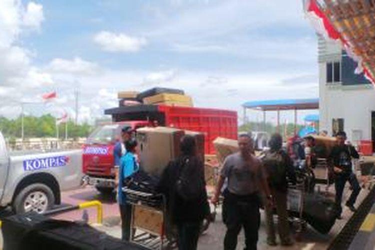 Rombongan Jelajah Sepeda Kompas Sabang-Padang tiba di Bandara Internasional Sultan Iskandar Muda, Banda Aceh, Jumat (30/8/2013) siang.