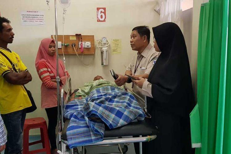 Muhammad Idul (16) pasca operasi pengangkatan moncong ikan sori yang menancap di lehernya di ruang UGD RSUP Dr Wahidin Sudirohusodo Makassar, Senin (20/1/2020).