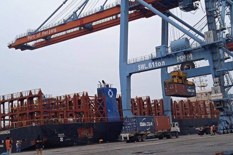 Komoditas nanas sebanyak 6.300 ton dimuat ke Kapal Meratus Samarinda di Pelabuhan Panjang, Bandar Lampung, Minggu (29/8/2021). Nanas ini langsung diekspor ke Singapura menggunakan rute Maratus Line yang baru diluncurkan perdana di Lampung.