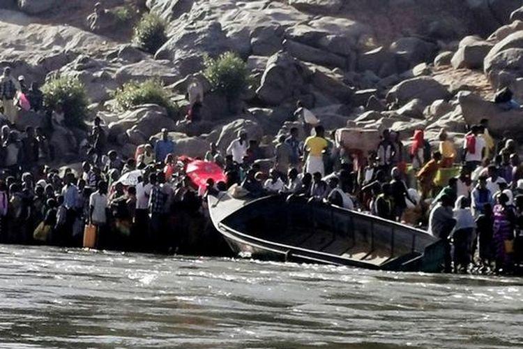 Pengungsi melarikan diri dari konflik di wilayah Tigray, Etiopia, menuju Sudan. Foto diambil pada 14 November 2020.