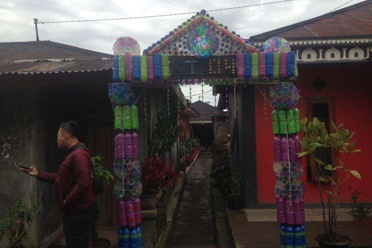 Sejumlah botol plastik dihias menjadi gapura di Desa Sembungan, Kecamatan Kejajar, Kabupaten Wonosobo, Selasa (20/3/2018). Desa itu menjadi salah satu proyek penanganan sampah secara mandiri di Jawa Tengah.