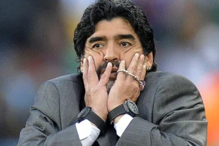 Legenda sepak bola Argentina, Diego Armando Maradona kerap terlihat mengenakan dua jam tangan. Hal itu ternyata dilakukannya sejak 2004 agar selalu mengetahui waktu rumah dan waktu setempat.