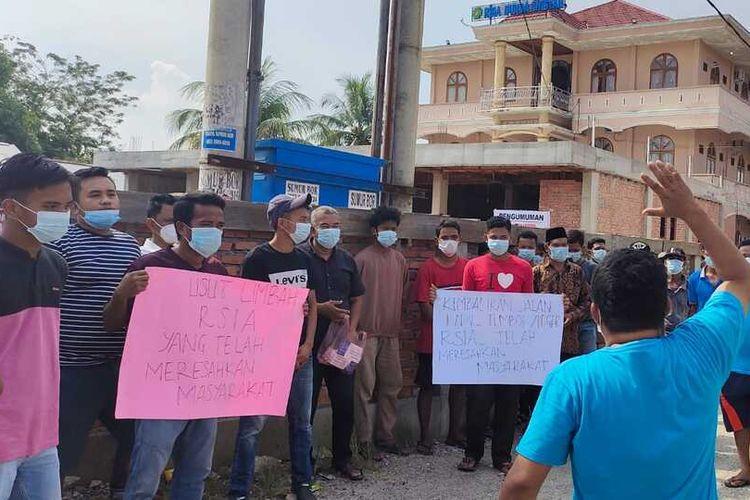 Puluhan warga mengeluhkan bangunan tembok rumah sakit ibu dan anak yang memakan badan jalan dan bau limbah di permukiman di Desa Tanjung Berulak, Kecamatan Kampar, Kabupaten Kampar, Riau, Minggu (26/9/2021).