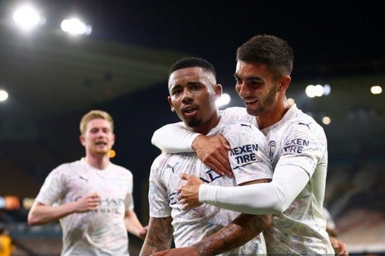 Penyerang Manchester City, Gabriel Jesus, dipeluk rekan setimnya, Ferran Torres, setelah menjebol gawang Wolverhampton pada pekan kedua Liga Inggris 2020-2021.