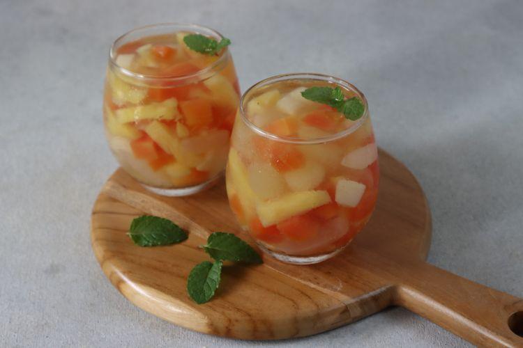Ilustrasi es buah dengan saus jeruk