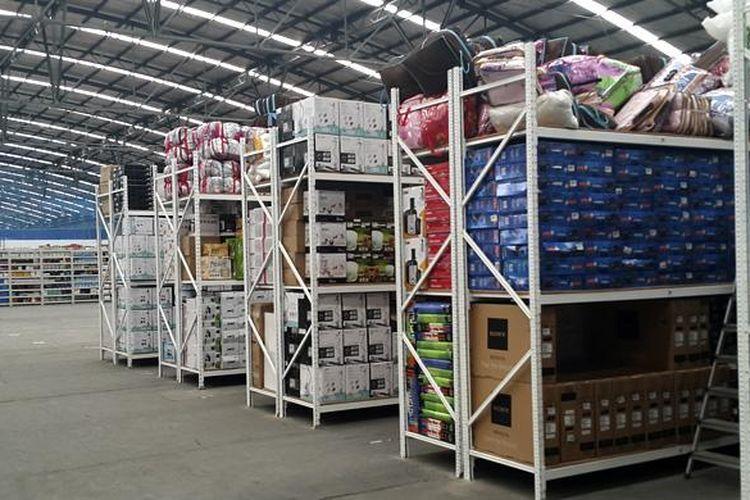 Rak-rak tempat menyimpan barang di gudang Lazada Indonesia, Cakung, Jakarta Utara.