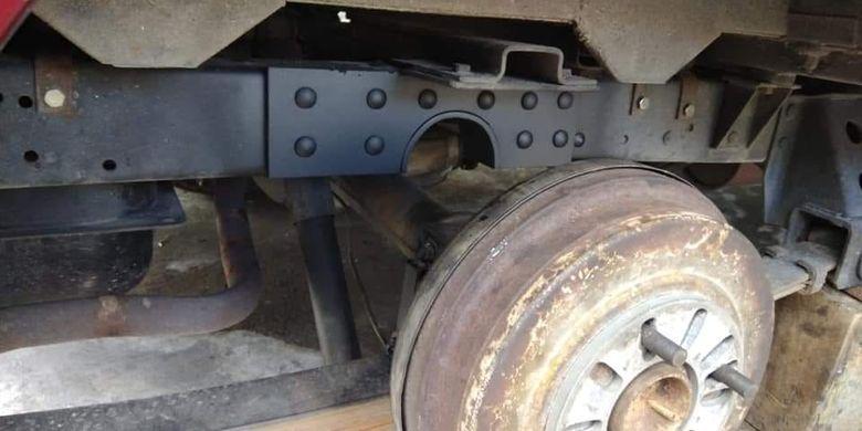 Sasis yang dicoak diberi tambahan pelat besi sebagai penguat agar tidak mudah bengkok atau patah