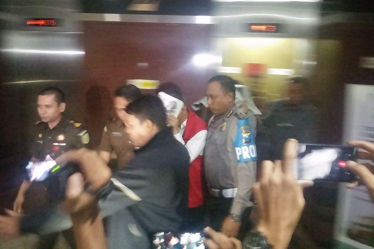 2 tersangka dugaan korupsi dana bergulir dibawa ke Rutan Medaeng dari gedung Kejati Jatim