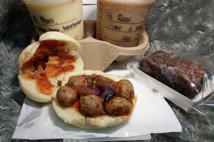 Sandwich isi bakso tanpa daging dan kue cokelat rasberi nabati dari Starbucks Indonesia.
