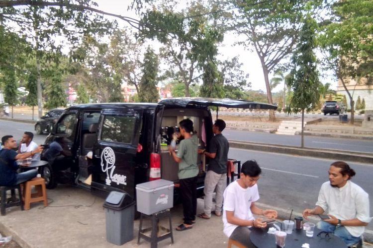 Pedagang kopi dengan mobil di Jalan T Nyak Adam Kamil, Lhokseumawe, Sabtu (4/4/2020)