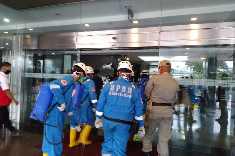 Petugas BPBD Samarinda saat melakukan penyemprotan di Kantor Gubernur Kaltim, Jalan Gajah Mada, Samarinda, Rabu (15/7/2020).