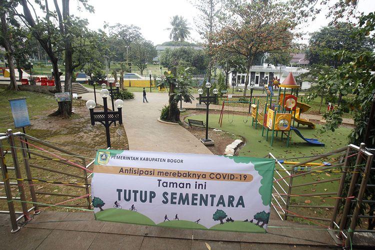 Suasana Taman Situ Cibinong setelah ditutup di Cibinong, Bogor, Jawa Barat, Kamis (19/3/2020). Pemerintah Kabupaten Bogor mengeluarkan kebijakan menutup taman kota dari kegiatan berkumpulnya warga sejak Rabu (18/3/2020) sampai batas waktu yang belum dapat dipastikan dalam upaya mengantisipasi penyebaran COVID-19 di wilayahnya.