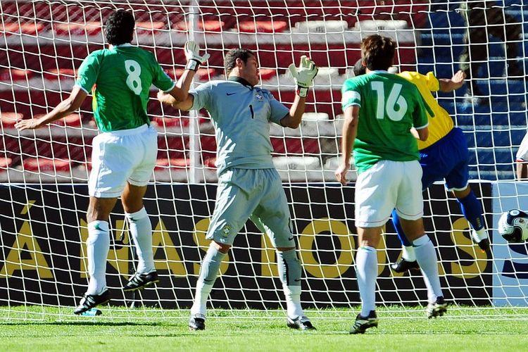 Kiper tim nasional Brasil, Julio Cesar, saat gawang kawalannya dibobol gelandang Bolivia, Edgar Olivares, pada laga Kualifikasi Piala Dunia 2010 Zona Amerika Selatan, 11 Oktober 2009.