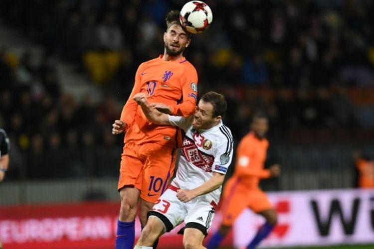 Gelandang Belanda, Davy Proepper (atas), menyundul bola saat berduel dengan pemain Belarus, Sergei Balanovich dalam partai Kualifikasi Piala Dunia 2018 di Minsk, 7 Oktober 2017.