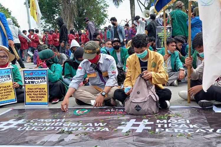 Para demonstran menduduki depan kantor Gubernur Kaltim Jalan Gajah Mada, Kota Samarinda, Kaltim, Rabu (21/10/2020).