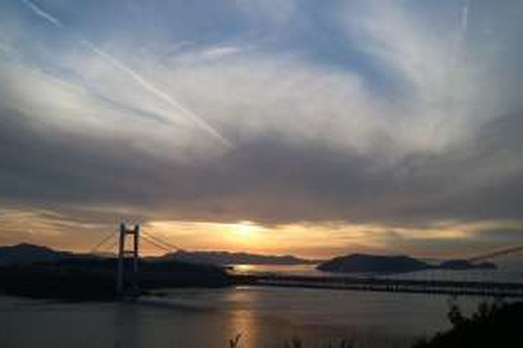 Matahari tenggelam dilihat dari Washuzan Observatory di Kojima, Kurashiki, Provinsi Okayama, Jepang.