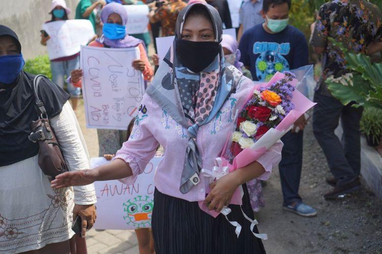 DSM disambut oleh warga  desa Tunggangsari setelah dinyatakan sembuh dari covid-19 (23/04/2020).