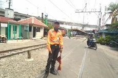 Kisah Sulaiman, Bermodalkan Peluit dan Bendera Jaga Pelintasan di Stasiun Ancol