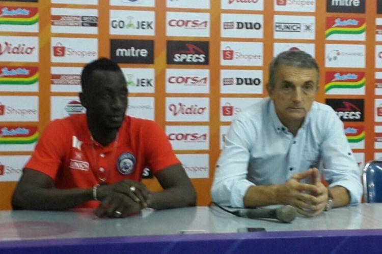 Pelatih Arema FC Milomir Seslija (kanan) bersama Makan Konate (kiri) usai dikalahkan PS Tira-Persikabo di Stadion Gajayana, Kota Malang, Sabtu (29/6/2019)